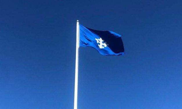 Stolta Täbybor hissar flaggan i topp